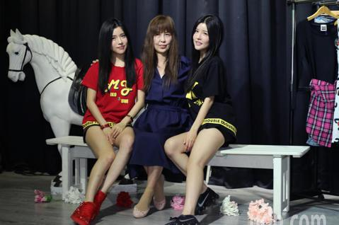 雙胞胎藝人By2,MIKO&YUMI自創服飾品牌「GIRL GANG」 成立一周年,舉辦一日快閃店活動,活動中由媽媽擔任嘉賓為女兒加油。