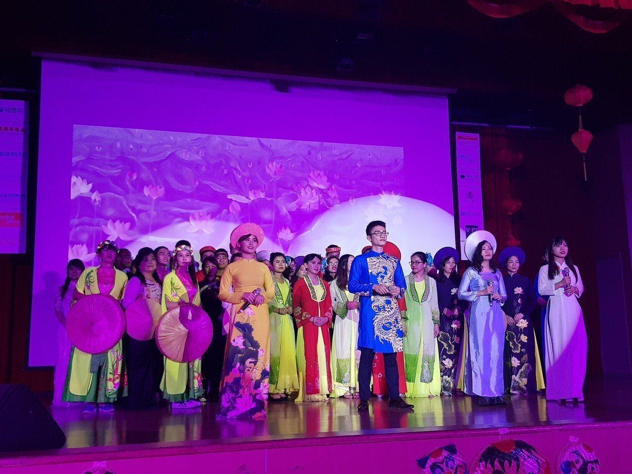 台科大昨天舉行越南文化節晚會,學生們同台狂歡。圖/移民署提供