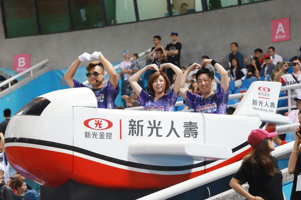 王瞳、艾成擔任開球嘉賓進場。圖/民視提供