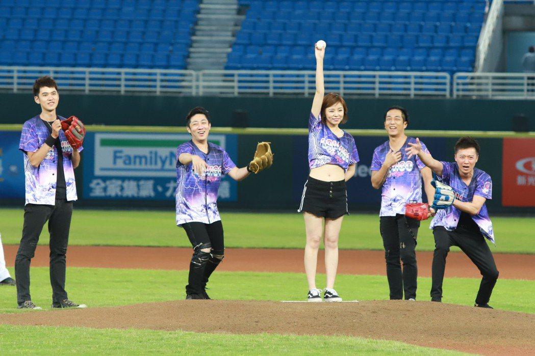 「北七樂團」艾成、王瞳、何豪傑、樂咖、大雄受邀到職棒球場開唱。圖/民視提供
