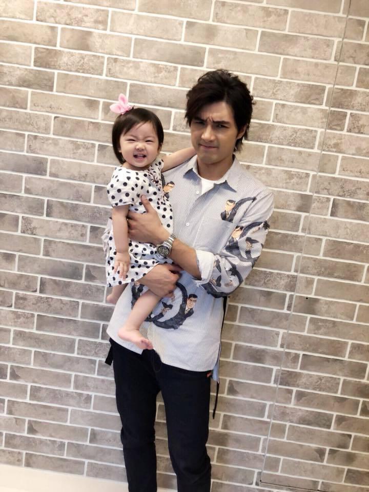 賀軍翔和女兒美寶,父女同框萌翻眾人。圖/摘自臉書