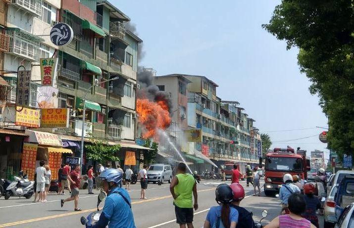 高雄市鼓山二路發生火警,消防隊滅火,不少人圍觀。記者林保光/翻攝
