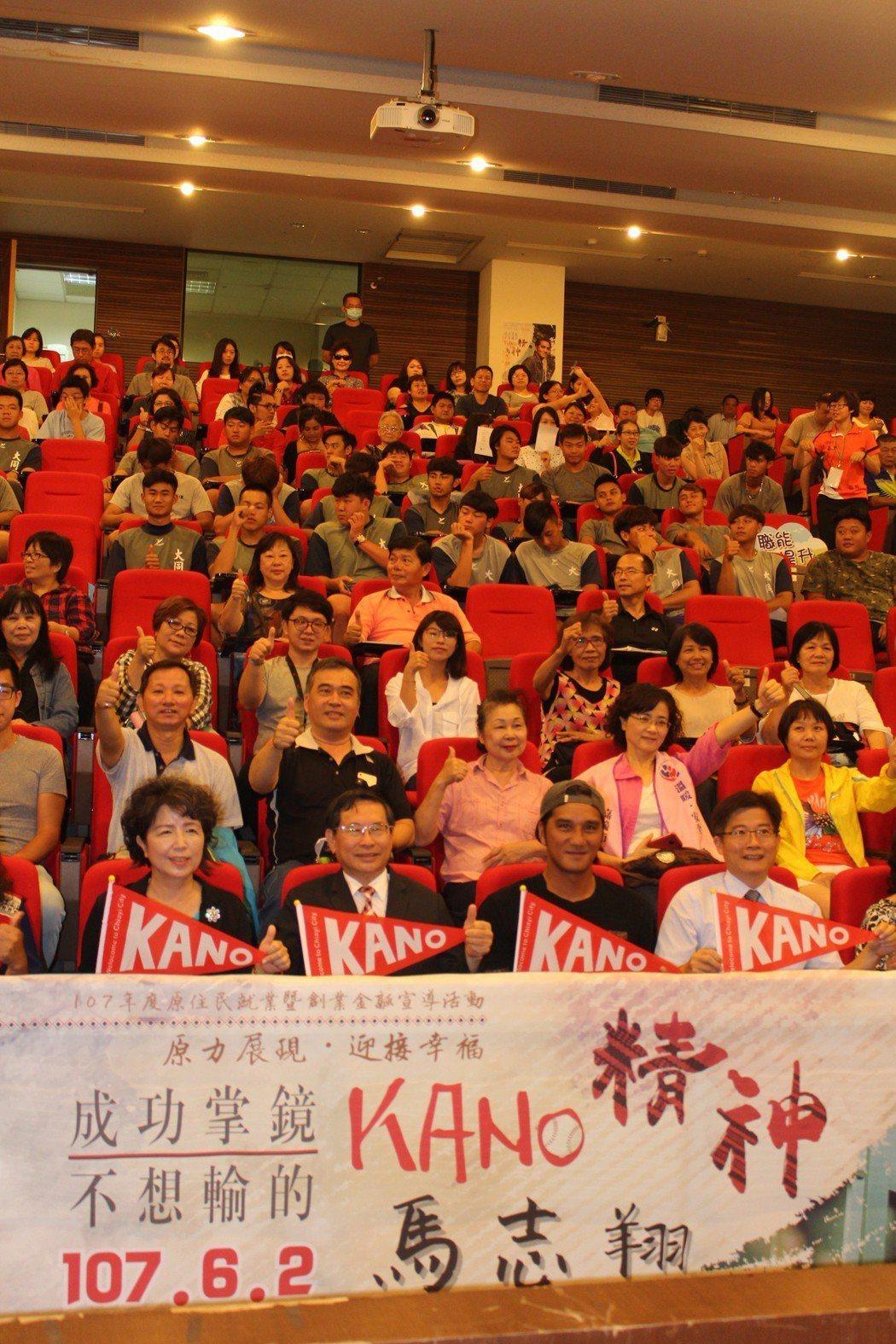 導演馬志翔(第一排右二)今天到嘉義市分享個人職涯「成功掌鏡、不想輸的KANO精神...