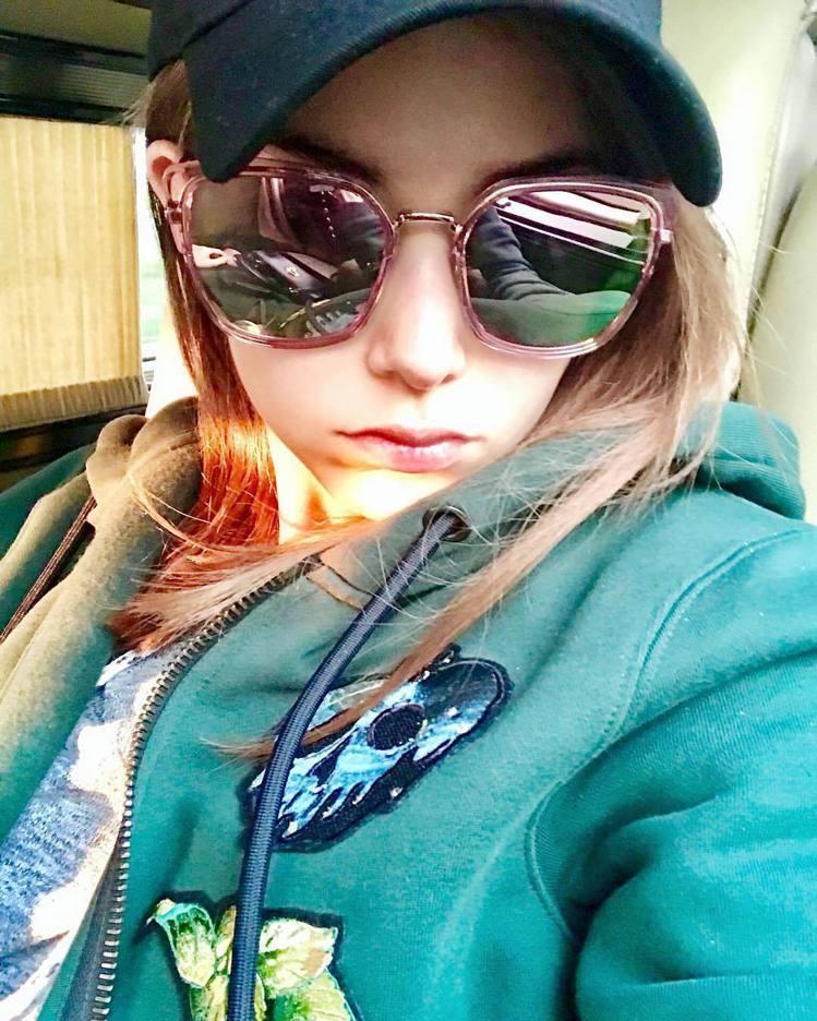 昆凌身穿Sneezy(噴嚏精)連帽外套拍出少女氣色。圖/取自IG