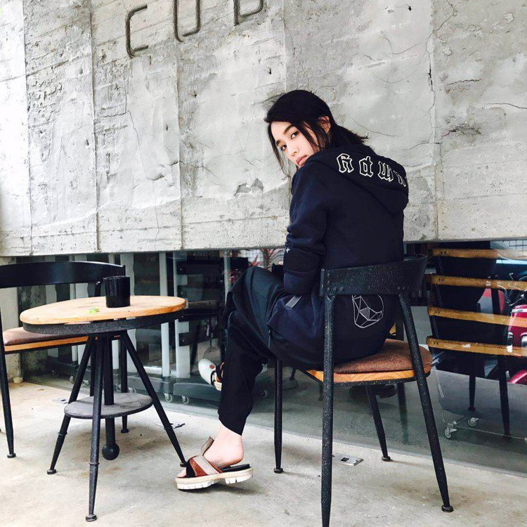 陳庭妮在IG寫「今天決定當個暗黑壞女孩,帥度爆表我喜歡」。圖/取自IG