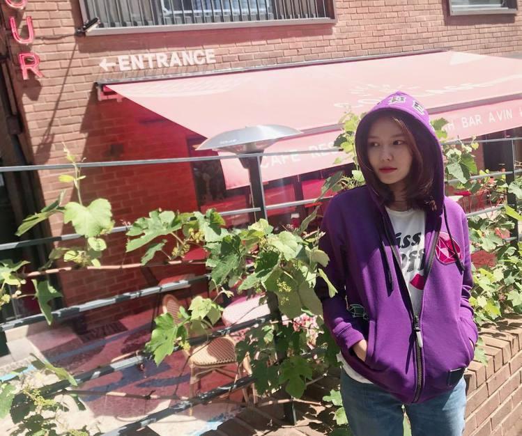 少女時代的秀英身穿Dopey(糊塗蛋)搶眼紫色連帽外套。圖/取自IG