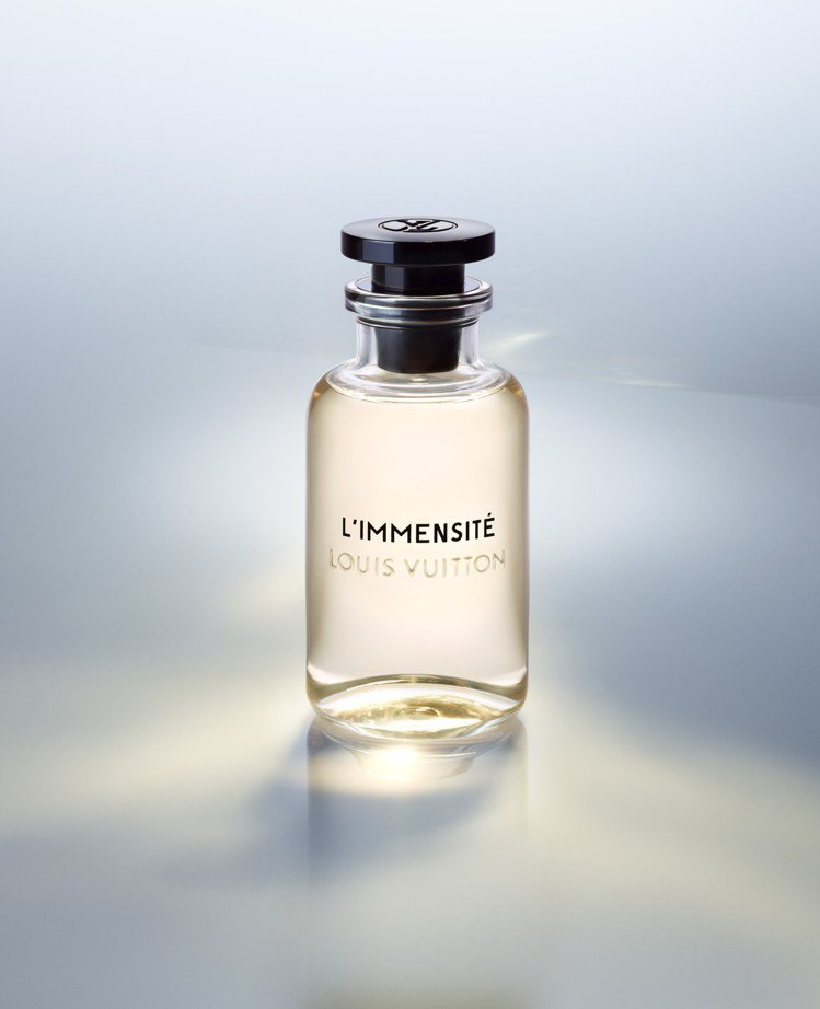 「L'IMMENSITE無限」由葡萄柚的苦澀與薑的辛辣,引領出令人上癮的琥珀香調...