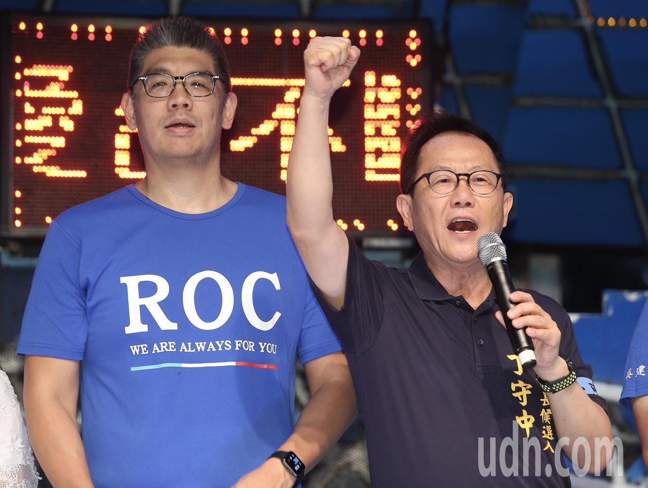 國民黨在立法院外舉辦「愛台灣不斷電青年護台灣全台接力路跑」結束藍絲帶音樂會,國民...