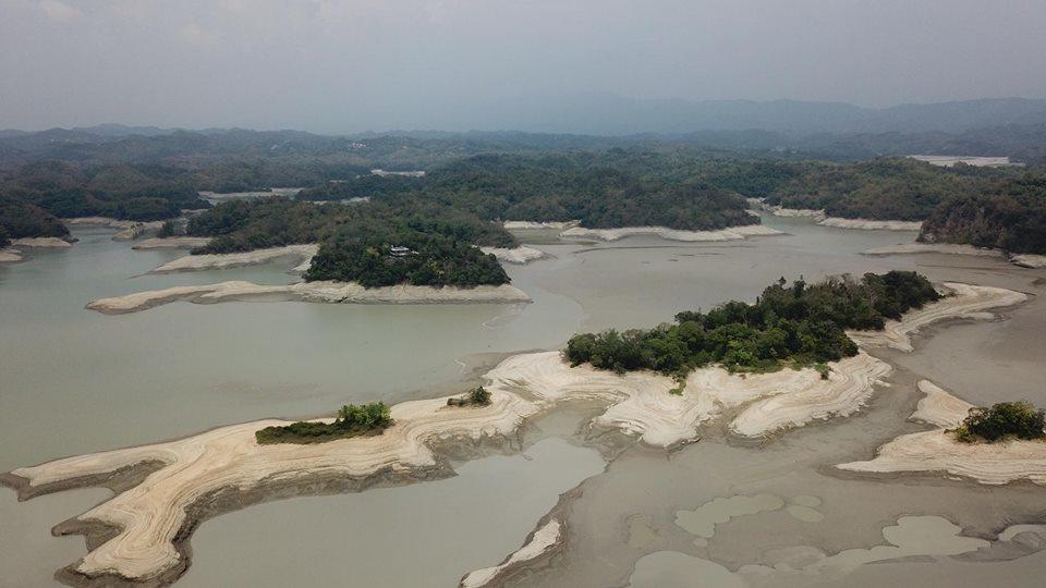 俗稱珊瑚潭的烏山頭水庫,嚴重缺水有如「珊瑚白化」圖/綠盈牧場提供