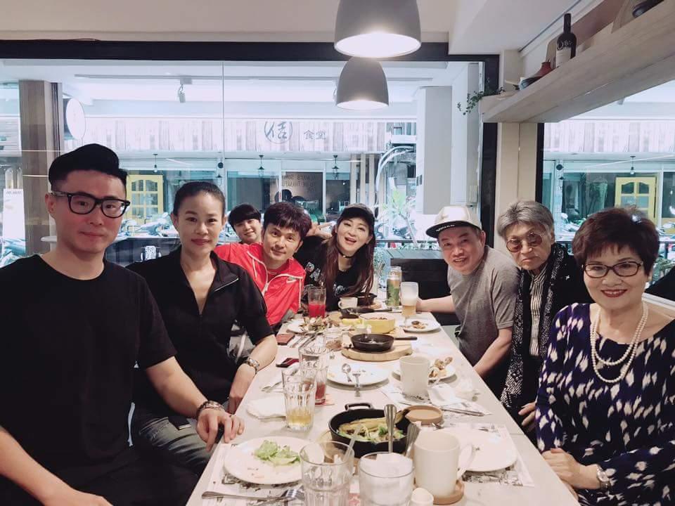 唐從聖與康康、王彩樺和傅家人聚餐。圖/摘自臉書