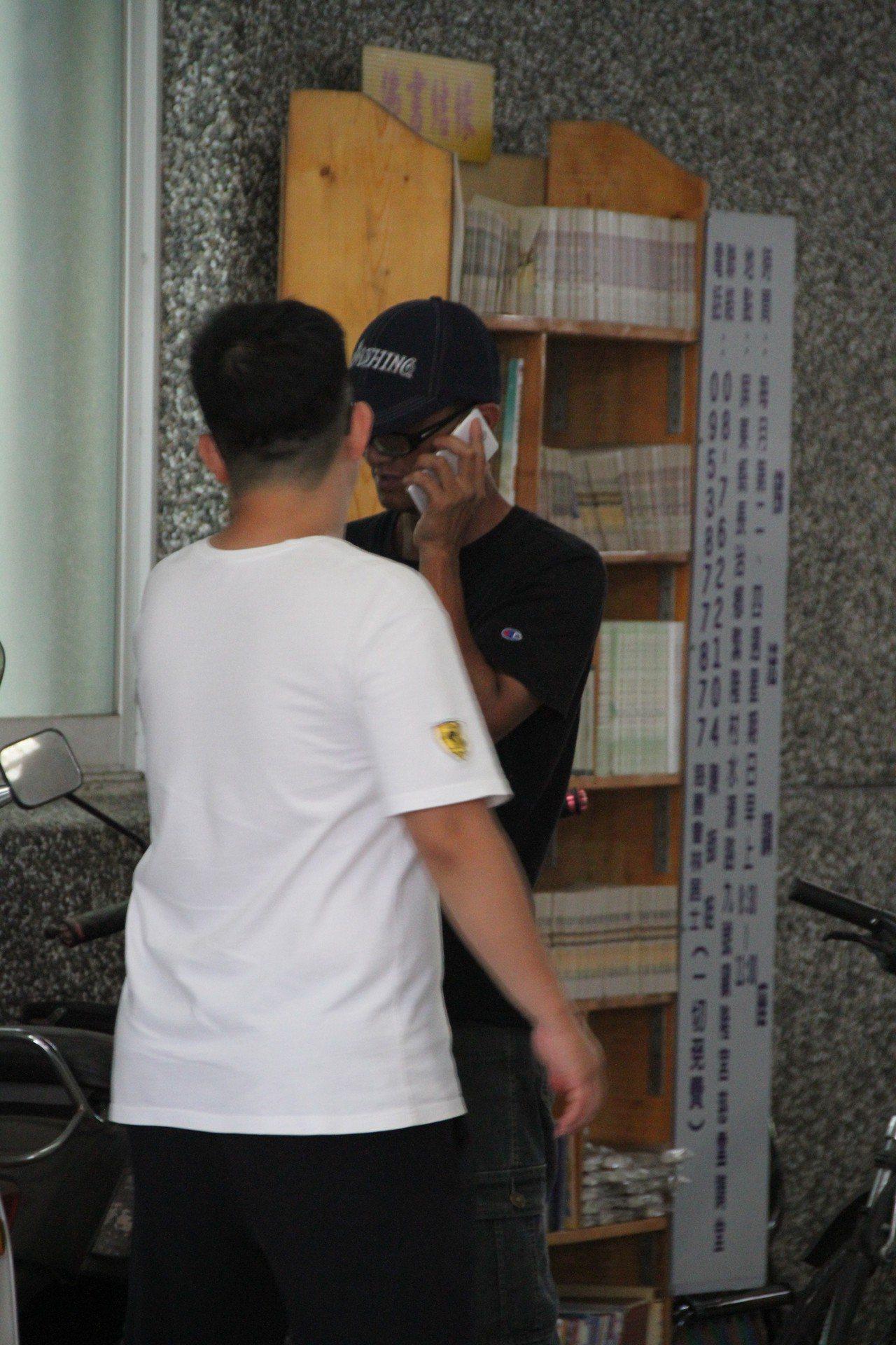 何勝文的父親(右)在檢警相驗時強忍悲痛。記者潘欣中/攝影