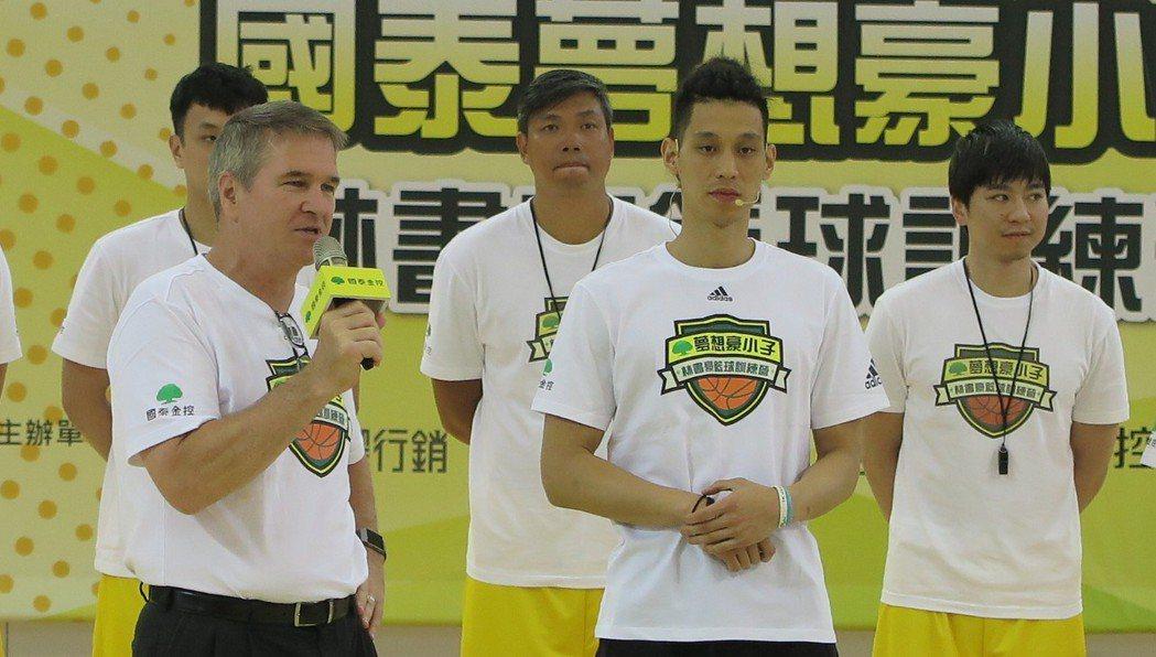 林書豪(右二)與高中恩師教練迪本布洛克(左)。記者毛琬婷/攝影