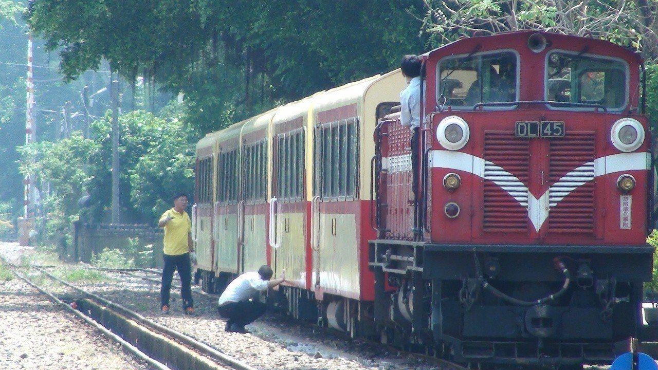遊客期待早日看到阿里山森林火車再度上路。記者謝恩得/攝影