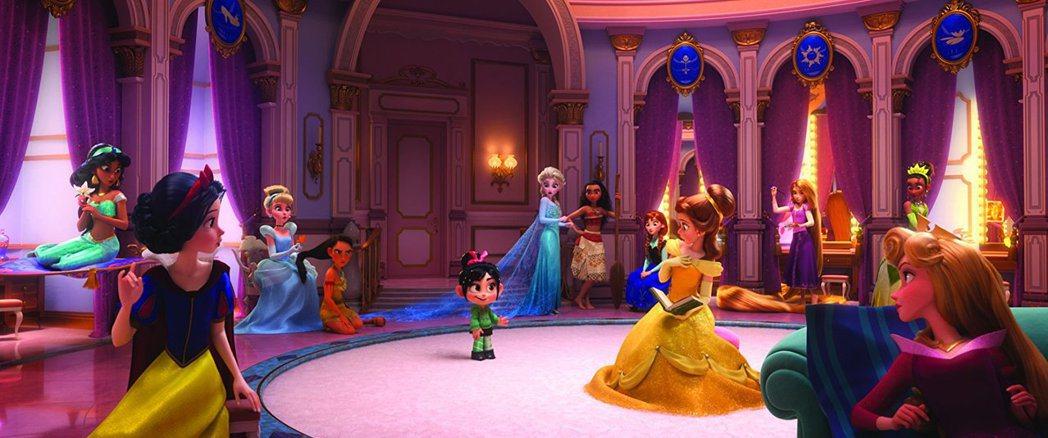「無敵破壞王2」劇照中出現一堆迪士尼公主,卻偏偏有人被漏掉,引來炮轟。圖/摘自i