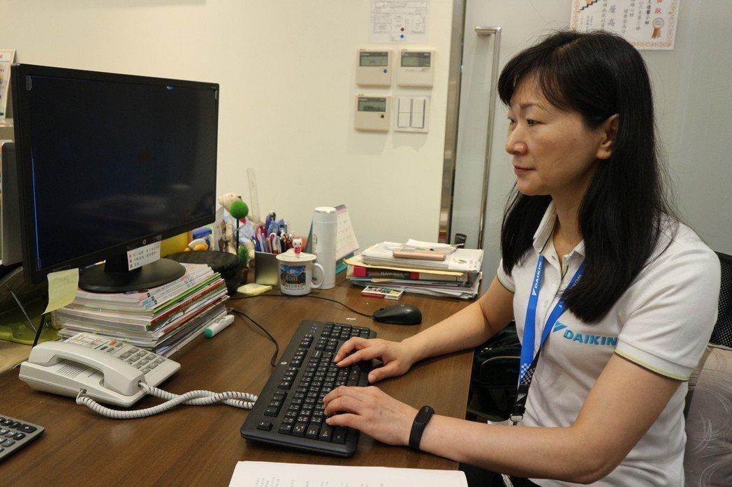 在企業擔任職護的王連馨,協助辦公室同事調整電腦螢幕高度,降低出現烏龜頸的機率。記...