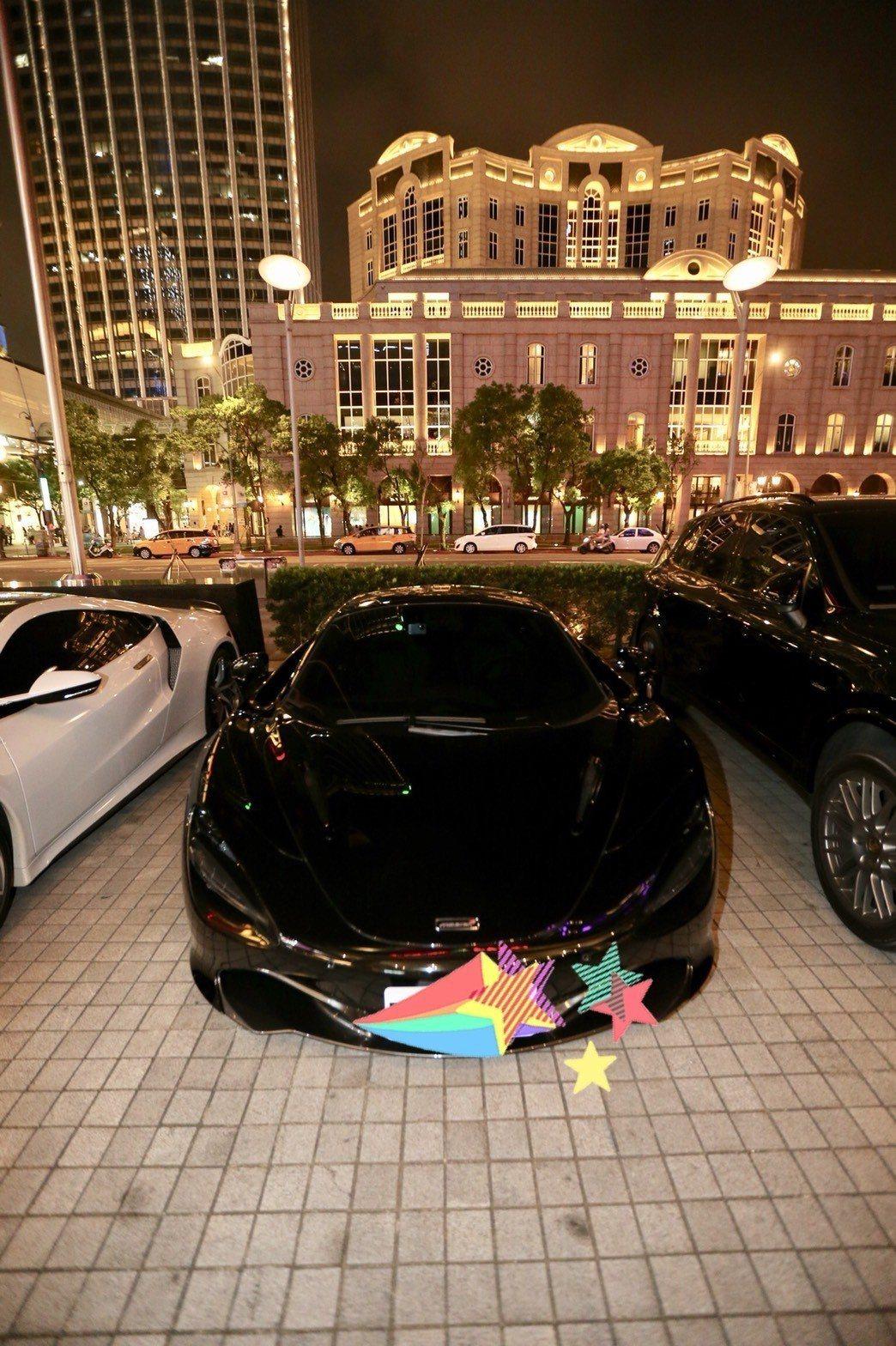 黑人的愛車在夜色中相當吸睛。記者許正宏/攝影