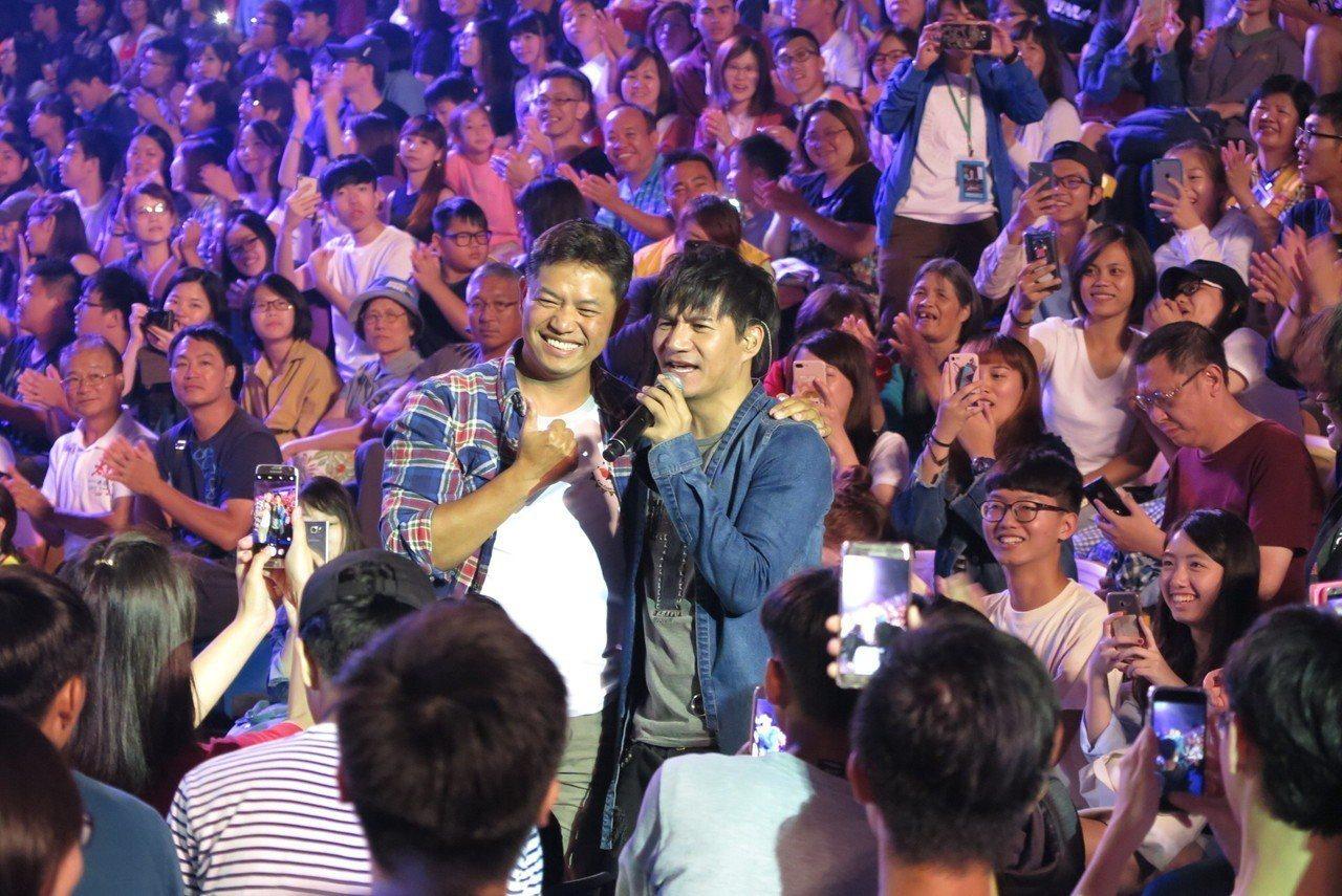 歌手王宏恩(右)擔任活動開場。記者毛琬婷/攝影