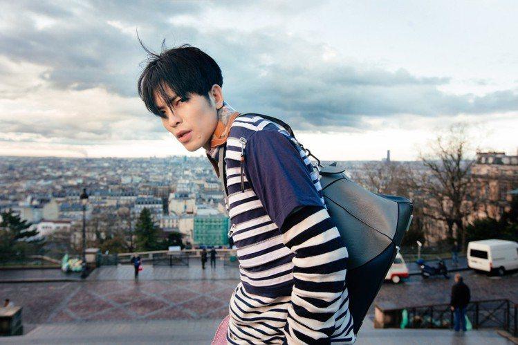 蕭敬騰在《讓我為你唱情歌》MV中穿LOEWE 2018春夏配搭Puzzle包。圖...