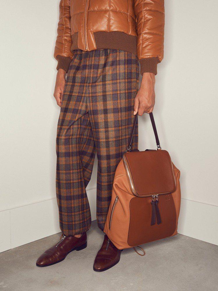 Goya干邑棕小牛皮後背包,售價86,000元。圖/LOEWE提供