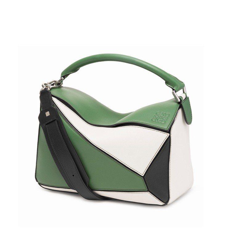 Puzzle綠白拼色肩背包,售價93,000元。圖/LOEWE提供