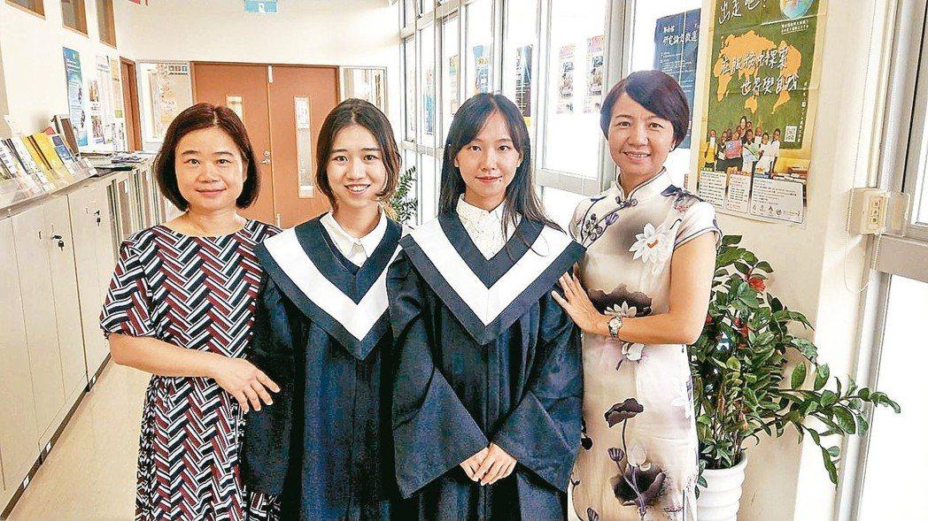 首批來台取得學士學位的陸生余瑋盈(右二)與肖金恩(左二)從高雄大學畢業,兩人的母...