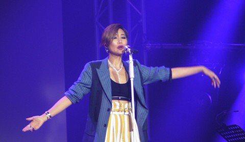 台灣歌手A-Lin昨晚在馬來西亞雲頂高原舉辦演唱會,受到歌迷熱情感染,她不僅多次零距離與歌迷互動,最後還二度安可。A-Lin還許諾,下次練唱馬來歌曲回饋歌迷。「I'm A-Lin巡迴演唱會...