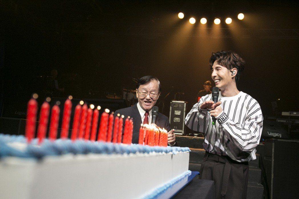馬來西亞歌手陳勢安(右)2日在台北舉行生日音樂會與粉絲慶生,邀請前主播盛竹如(左