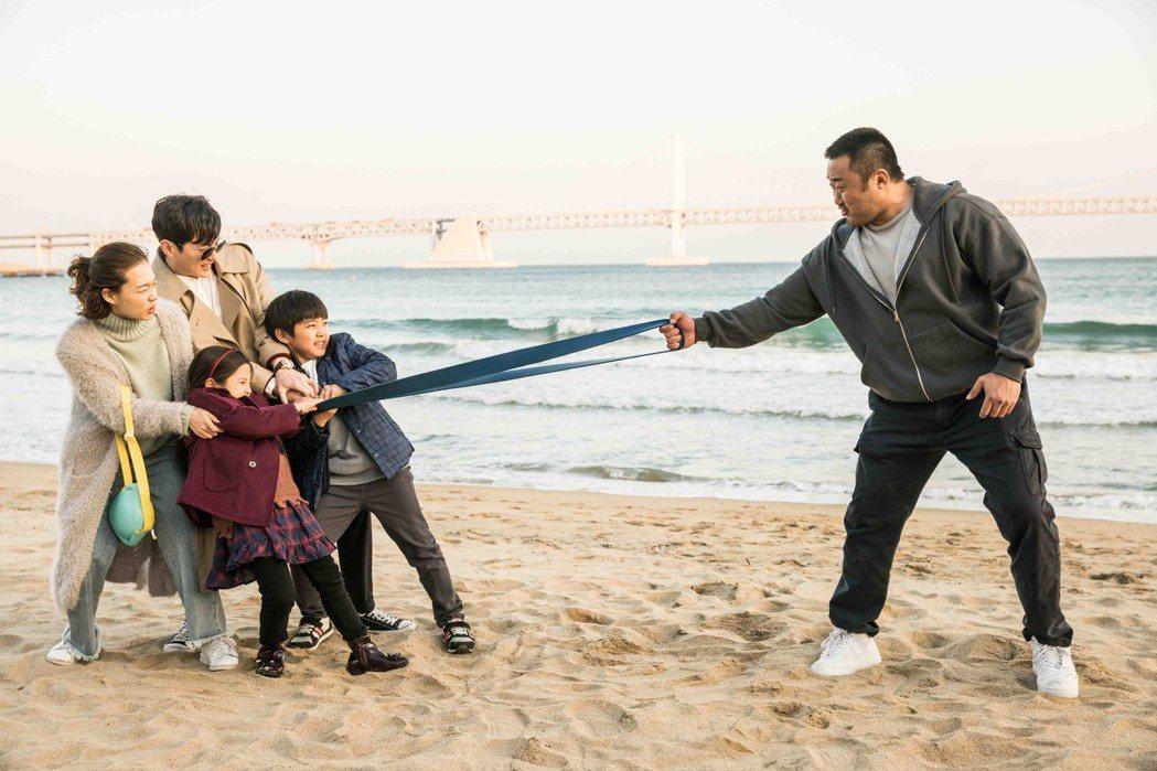 韓國知名演員馬東石(右),演出以腕力賽為題材的熱血新片「冠軍大叔」,電影中除了有...
