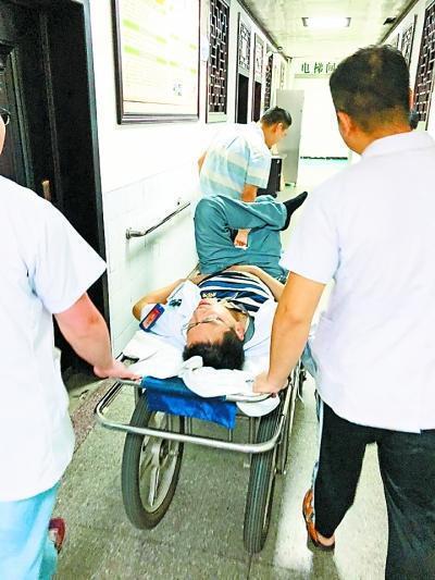 醫生忍著腎結石發作的疼痛幫病人完成手術,結束後才被送去急診。取自武漢晚報