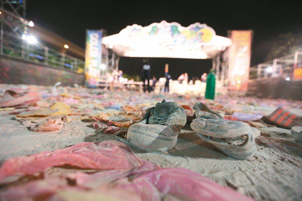 八仙彩粉暴燃事件後,現場可見群眾逃命時掉落的鞋子。 本報資料照片