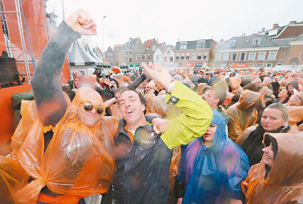 荷蘭民眾盡情狂歡,安全計畫也十分周詳。 記者胡經周/攝影