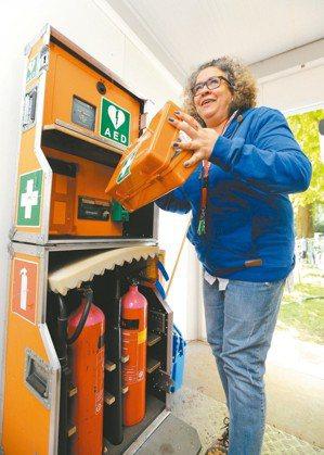 荷蘭解放日音樂會,承辦公司在活動現場的辦公室內設有急救設施AED(自動體外心臟電...