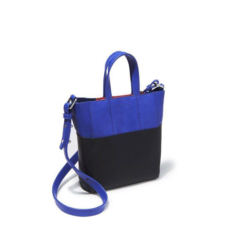 Edie mini托特包,台灣限定色海軍藍。圖/ZALORA提供