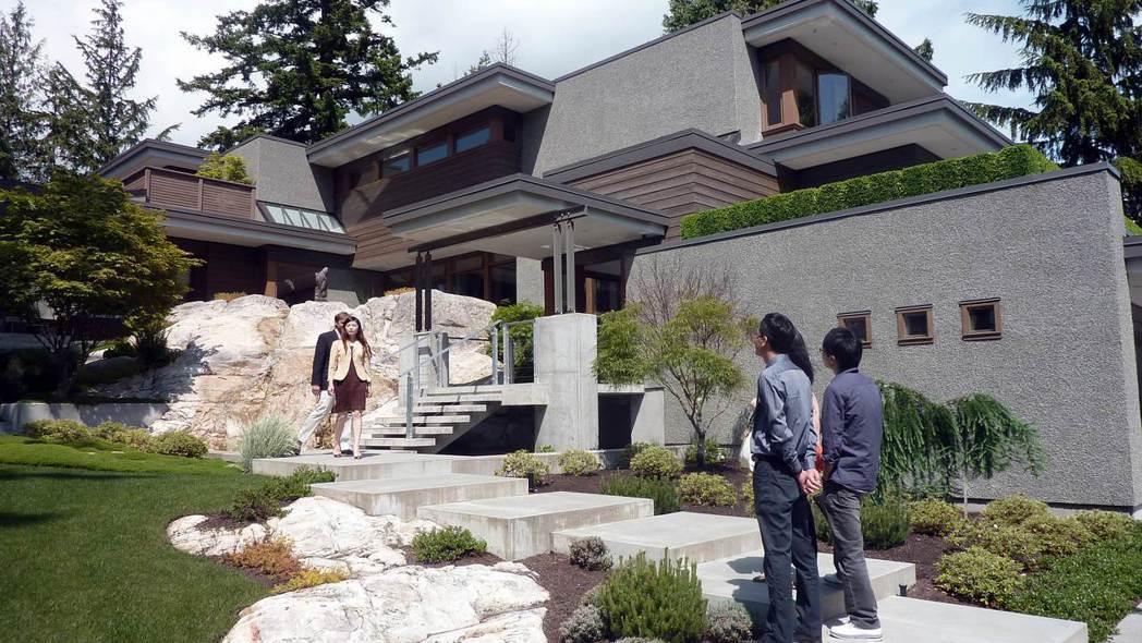 一戶富裕的華人移民家庭到西溫哥華郊區別墅看屋。 (法新社)