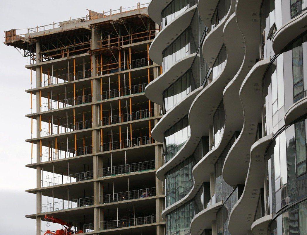 溫哥華市區一棟正在興建的大樓。 (路透)