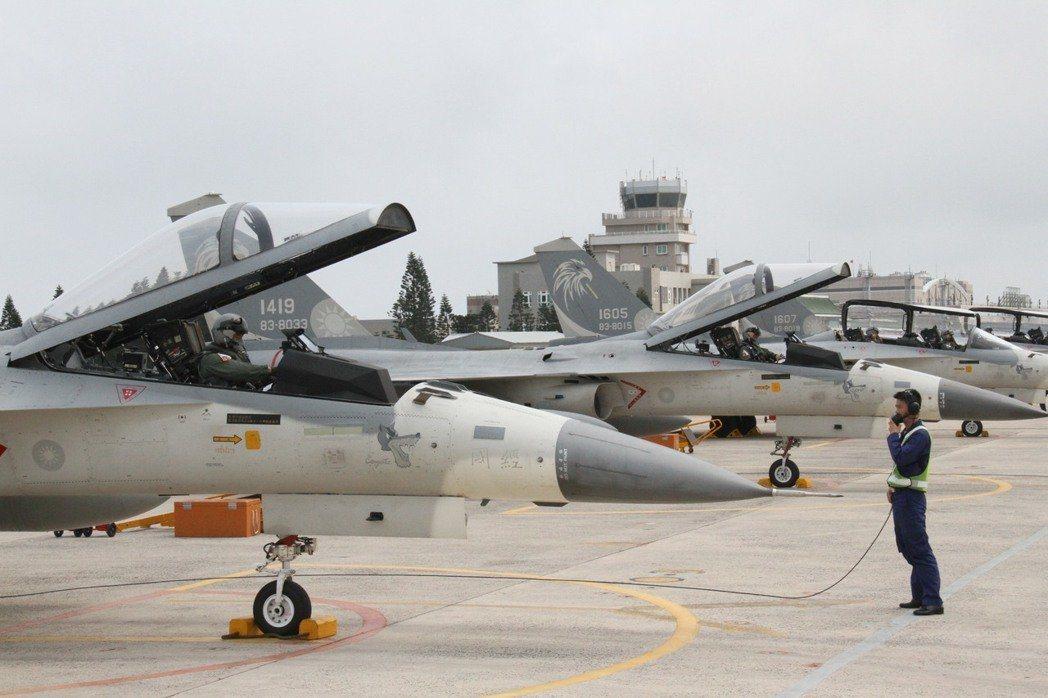 國防部強調,共機對台實施繞島時,空軍地面警戒待命機依令提升待命狀態,待命接替空中...