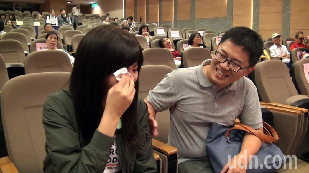 龔家琳彩排時唱到副歌,不禁眼淚奪眶而出,一旁的老公馬上安慰。記者王昭月/攝影