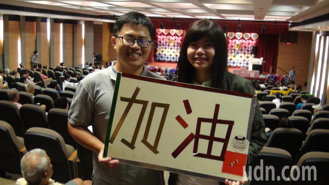 罹患腦癌的龔家琳(右),在老公(左)支持下,勇敢抗癌。記者王昭月/攝影