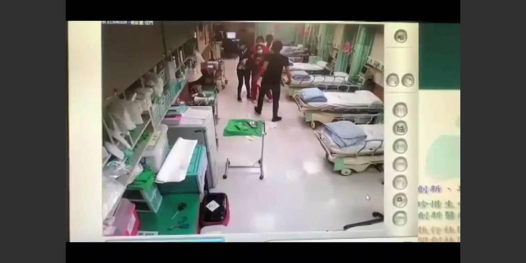 兩名男子在台北市西園醫院鬧事,被帶回警局偵訊。記者廖炳棋/翻攝