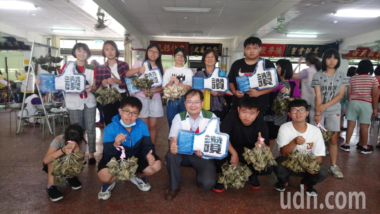 嘉義家扶中心今天舉辦端午節文化活動,帶年輕學子學習包粽子。 記者卜敏正/攝影