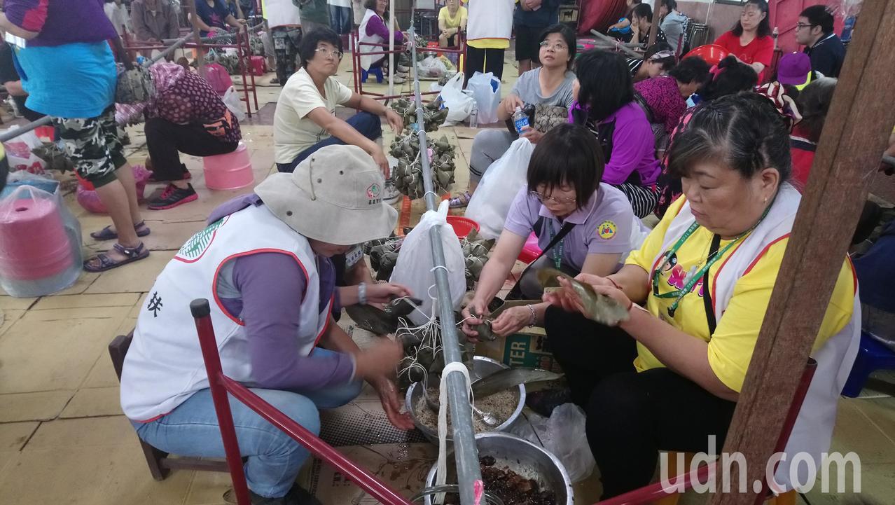 嘉義家扶中心今天舉辦端午節文化活動,帶大家包粽子。 記者卜敏正/攝影