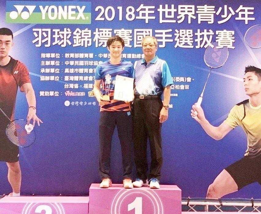 陳孝承(左)摘下男單冠軍。 圖/中華羽協提供