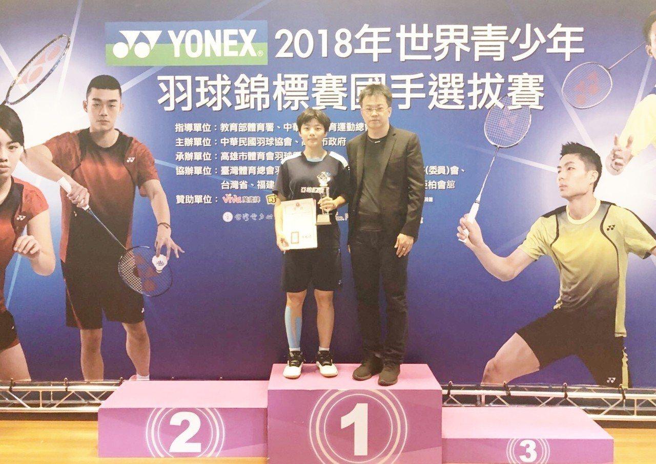 林思雲(左)獲得男女單冠軍。 圖/中華羽協提供