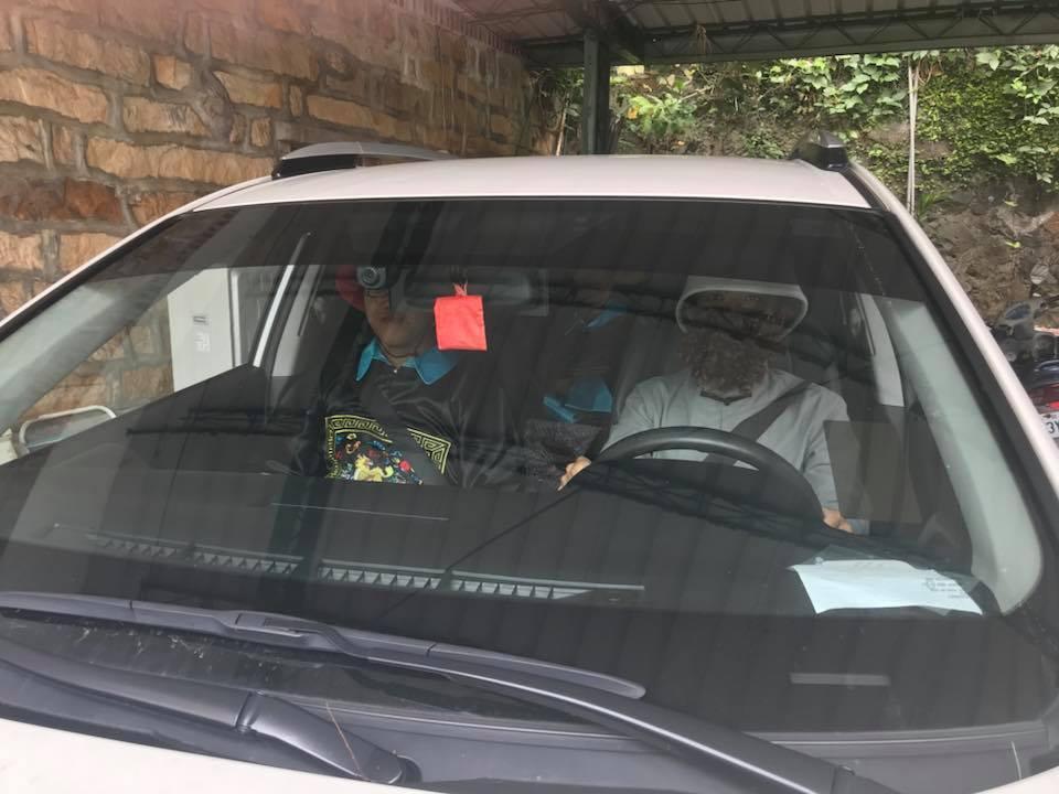 學生演員把「馬偕博士開汽車載清朝官員」的照片上傳臉書搞笑。圖/淡大李其霖老師提供