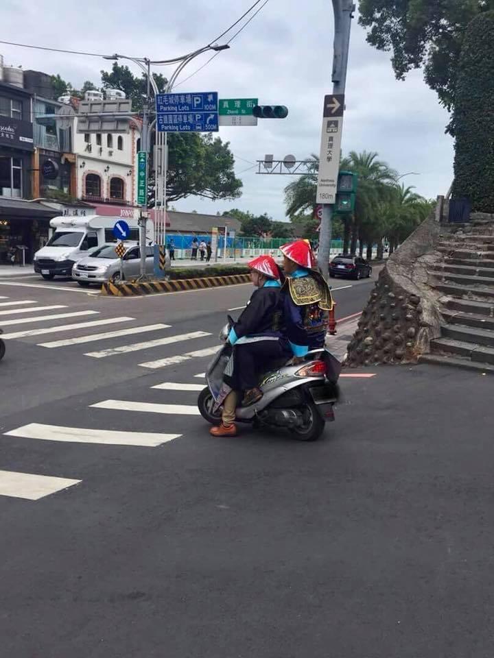 2名身穿清朝官服的大學生共乘機車,頭上戴官帽而非安全帽,網友笑翻,警察說違反交通...