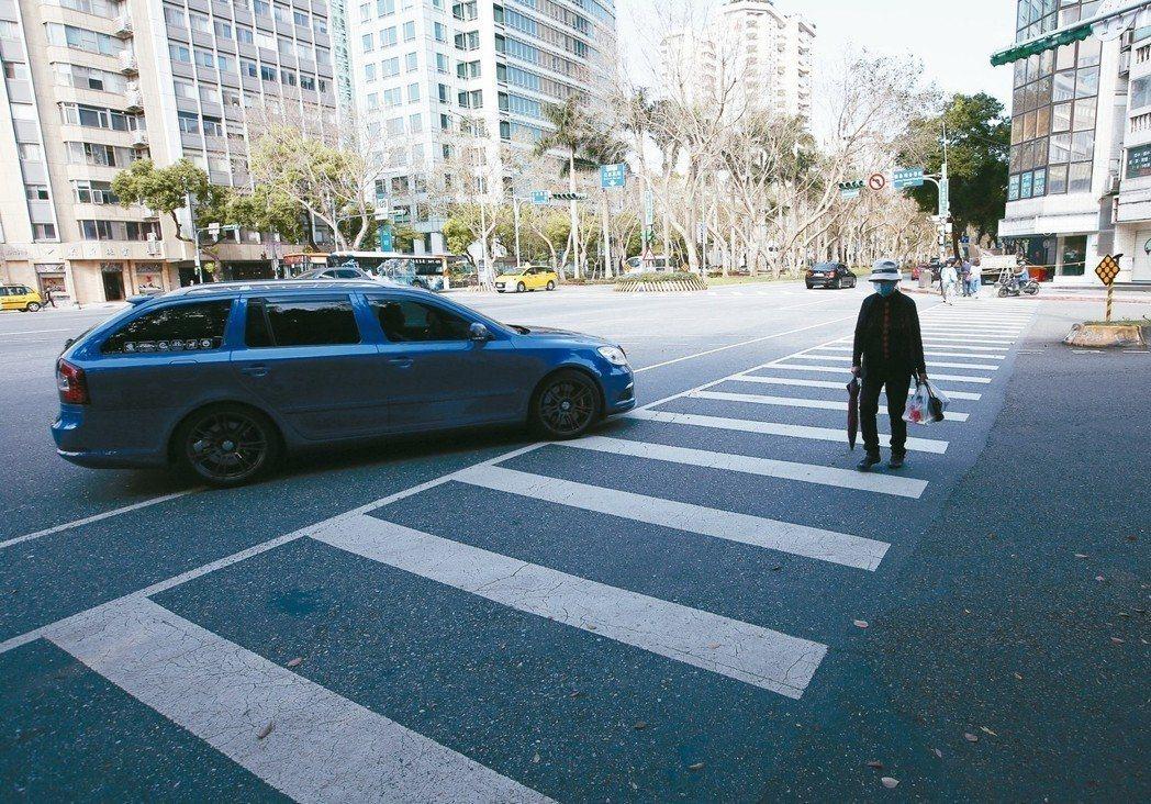 罹癌百歲老翁過馬路不慎遭車撞倒,一個月後死亡家屬求償700多萬元。圖為示意圖,非...