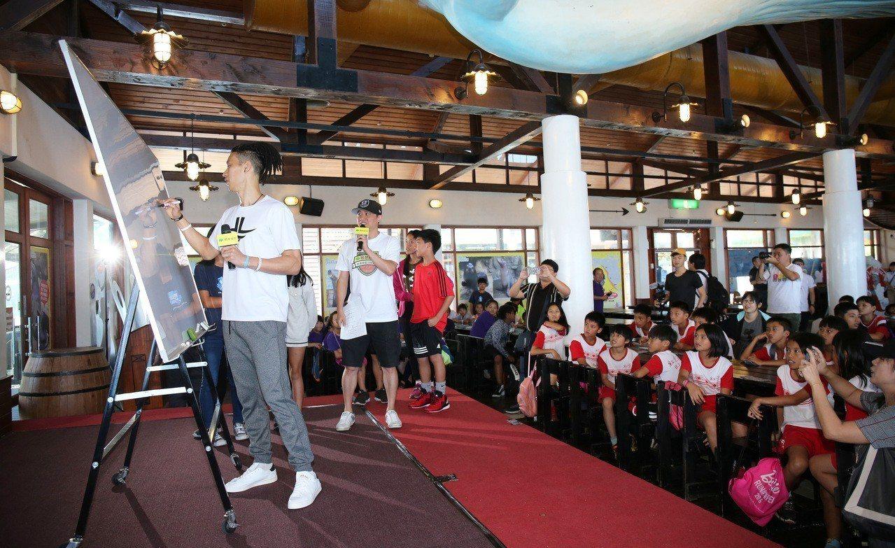 林書豪(左)利用空擋與在地國小學童熱情互動。圖/創異國際行銷提供