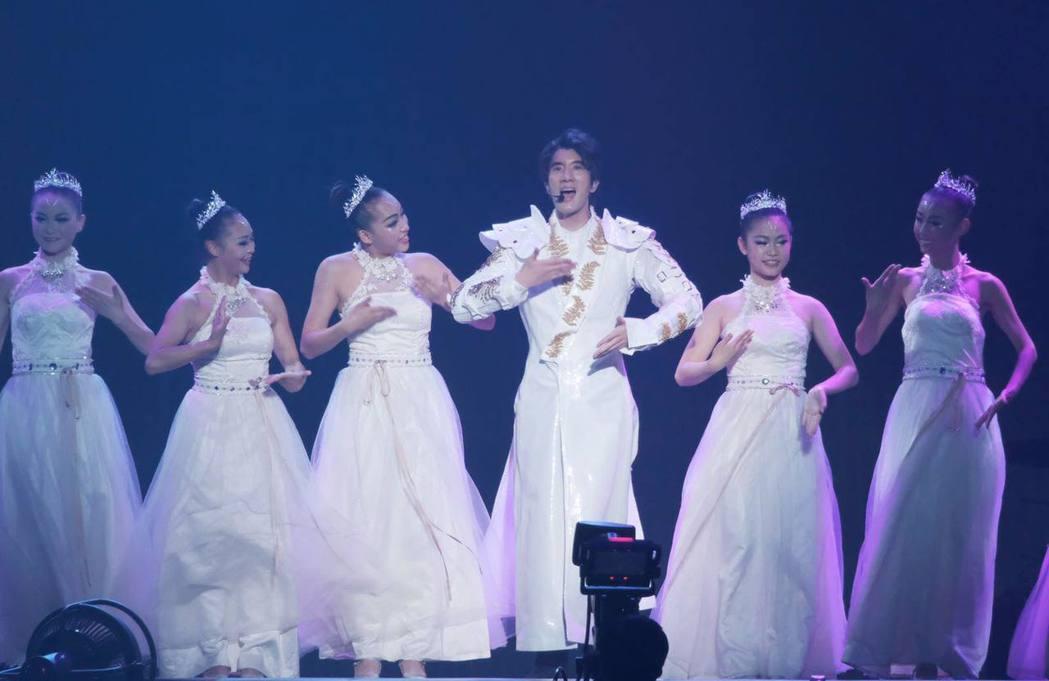 王力宏特別練手語跟聽障小朋友ㄧ起演出「愛因爲在心中」。圖/宏聲娛樂提供