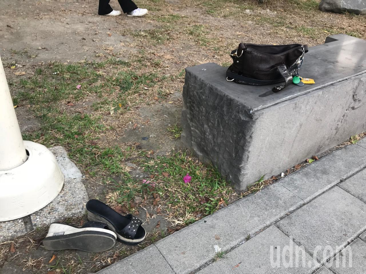 呂姓婦人的包包、鞋子物品留在岸邊。記者林伯驊/攝影