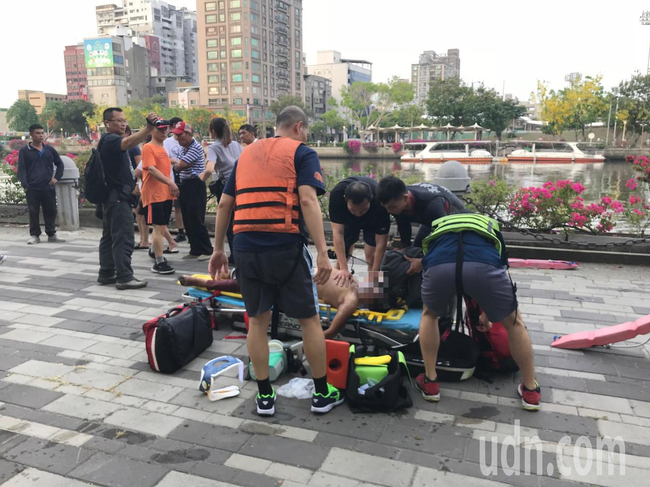 消防救護人員為呂婦做CPR。記者林伯驊/攝影